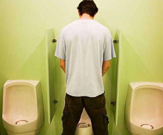 Bị tiểu ra mủ, đau buốt là dấu hiệu của bệnh gì?